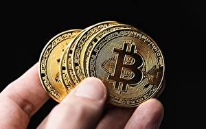 Tapety na pulpit Palce Zbliżenie Bitcoin Monety Pieniądz Na czarnym tle