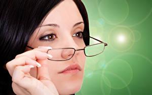 Hintergrundbilder Finger Farbigen hintergrund Brünette Gesicht Brille junge Frauen