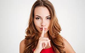 Bilder Finger Gestik Model Braunhaarige Blick Frisuren junge Frauen