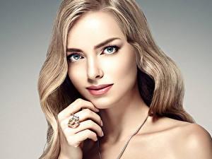 Fotos Finger Grauer Hintergrund Blond Mädchen Gesicht Ring Starren Schöne Dunkelbraun Mädchens