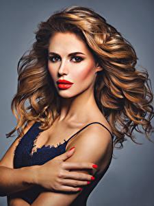 Hintergrundbilder Finger Grauer Hintergrund Braune Haare Starren Haar Rote Lippen Mädchens