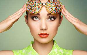 Hintergrundbilder Finger Grauer Hintergrund Gesicht Starren Brille Rote Lippen Make Up Mädchens