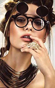 Fotos Finger Schmuck Halskette Braunhaarige Brille Blick Mädchens