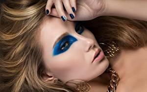 Bureaubladachtergronden Vingers Sieraden Donkerblond Make up Manicure Oorbellen Kijkt Model Jonge_vrouwen
