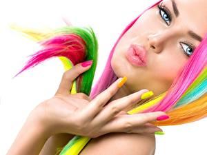 Fotos Finger Lippe Hand Maniküre Weißer hintergrund Mehrfarbige Gesicht Mädchens