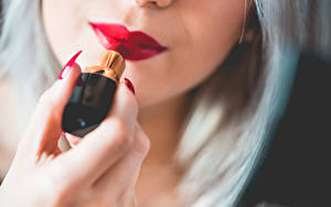 Fotos Finger Lippenstift Blondine Unscharfer Hintergrund Hand Rote Lippen Maniküre junge frau