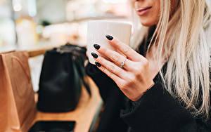 Fotos Finger Becher Blondine Hand Maniküre Unscharfer Hintergrund