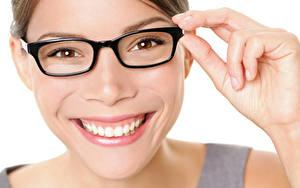 Bilder Finger Weißer hintergrund Gesicht Lächeln Brille Zähne Mädchens