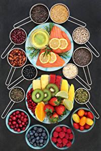 Fotos Fische - Lebensmittel Obst Tomate Zitrone Himbeeren Erdbeeren Beere Gemüse Grauer Hintergrund Teller Getreide Lebensmittel