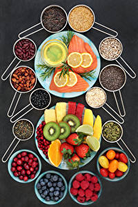 Fotos Fische - Lebensmittel Obst Tomate Zitrone Himbeeren Erdbeeren Beere Gemüse Grauer Hintergrund Teller Getreide