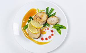 Bilder Fische - Lebensmittel Zitronen Gemüse Weißer hintergrund Teller Design das Essen