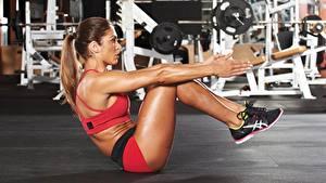 Desktop hintergrundbilder Fitness Fitnessstudio Körperliche Aktivität Bein Hand ABS sportliches Mädchens