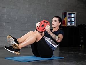 Bilder Fitness Trainieren Bein Schuhsohle Hand Tätowierung ABS Mädchens