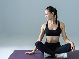 Fotos Fitness Asiatisches Brünette Sitzend Yoga junge Frauen