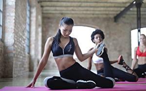 Bilder Fitness Asiaten Körperliche Aktivität Sitzt Dehnübung Uniform Bein Brünette junge frau