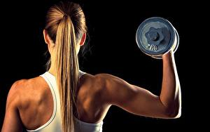 Bilder Fitness Hinten Hanteln Rücken Blondine Haar Schwarzer Hintergrund