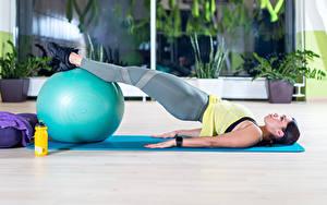 Bilder Fitness Ball Liegt Hand Bein Brünette junge frau
