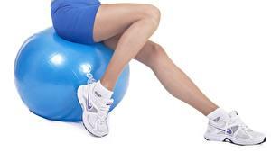 Hintergrundbilder Fitness Ball Shorts Sitzend Bein Sportschuhe Weißer hintergrund Sport