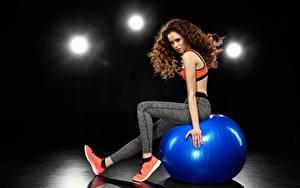 Bilder Fitness Ball Sitzend Braune Haare Hand Bein junge frau
