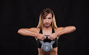 Fotos Fitness Schwarzer Hintergrund Körperliche Aktivität Hand Hantel Starren Mädchens Sport