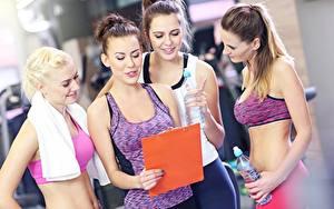 Hintergrundbilder Fitness Blond Mädchen Braunhaarige Hand Flaschen Unterhemd junge frau
