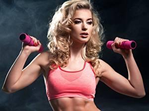 Hintergrundbilder Fitness Blondine Hantel Hand Mädchens Sport