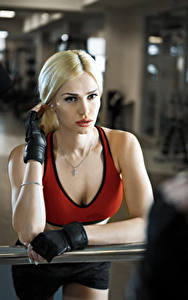 Fotos Fitness Blondine Starren Handschuh Mädchens Sport