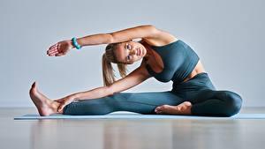 Bilder Fitness Blondine Posiert Trainieren Sitzt Starren junge Frauen Sport