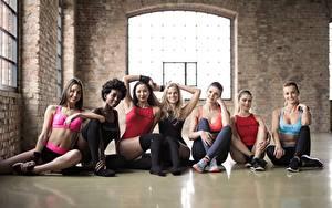 Bilder Fitness Blondine Sitzt Uniform Lächeln junge frau