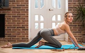 Hintergrundbilder Fitness Blondine Uniform Pose Hand Bein junge Frauen