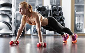 Hintergrundbilder Fitness Blond Mädchen Körperliche Aktivität Hantel Starren junge frau Sport