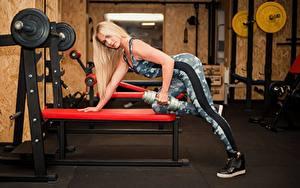 Hintergrundbilder Fitness Blondine Trainieren Hantel Turnhalle Hand Starren Mädchens Sport