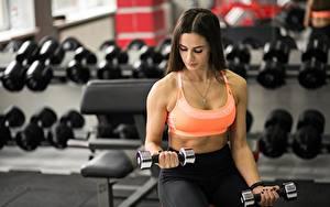 Bilder Fitness Bokeh Brünette Sitzt Hand Hantel Körperliche Aktivität Sport