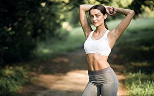 Fotos Fitness Bokeh Posiert Brünette Blick Hand Bauch junge frau