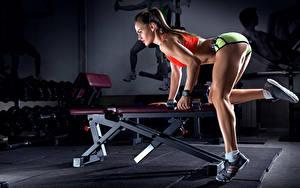 Hintergrundbilder Fitness Braunhaarige Hantel Bein Turnschuh Sport Mädchens