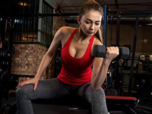 Fotos Fitness Braunhaarige Hanteln Unterhemd Trainieren Mädchens Sport