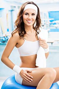 Hintergrundbilder Fitness Braunhaarige Starren Lächeln Mädchens Sport
