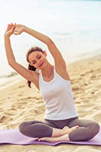 Fotos Fitness Braune Haare Hand Unterhemd Sport Mädchens