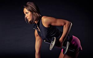 Bilder Fitness Braunhaarige Seitlich Hand Hantel Trainieren Mädchens