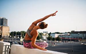 Bilder Fitness Braune Haare Sitzend Hand Posiert Bokeh Dehnübung Mädchens Sport