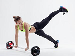 Bilder Fitness Braunhaarige Trainieren Hantelstange Mädchens Sport