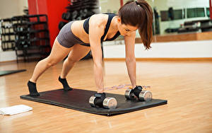 Fotos Fitness Braunhaarige Trainieren Hantel Hand junge Frauen Sport