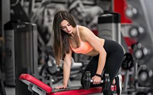 Hintergrundbilder Fitness Braune Haare Körperliche Aktivität Hanteln Hand Posiert junge frau