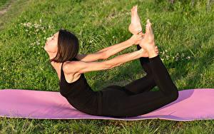 Fotos Fitness Braune Haare Trainieren Hand Bein Dehnübung Mädchens