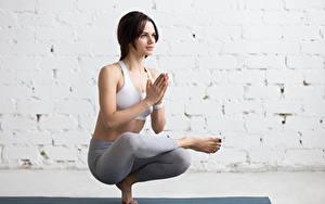 Fotos Fitness Braunhaarige Trainieren Hand Yoga Mädchens Sport