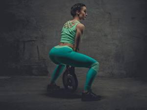 Fotos Fitness Braunhaarige Trainieren Uniform Rücken Gesäß Bein Turnschuh