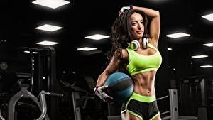 Hintergrundbilder Fitness Brünette Pose Kopfhörer Hand Handschuh Ball Bauch Shorts junge frau Sport