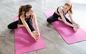 Bilder Fitness Dreads Braune Haare Rotschopf Zwei Dehnübungen Lächeln Bein Hand Mädchens Sport