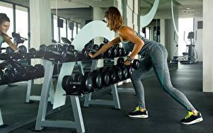 Desktop hintergrundbilder Fitness Hantel Bein Spiegel sportliches Mädchens