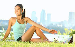 Hintergrundbilder Fitness Gras Sitzend Hand Bein Brünette Mädchens